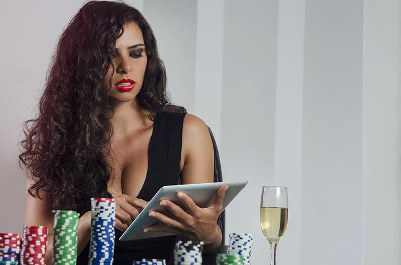 una chilena jugando en un casino online desde su casa