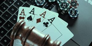 cartas, un mazo y fichas de casino sobre un ordenador